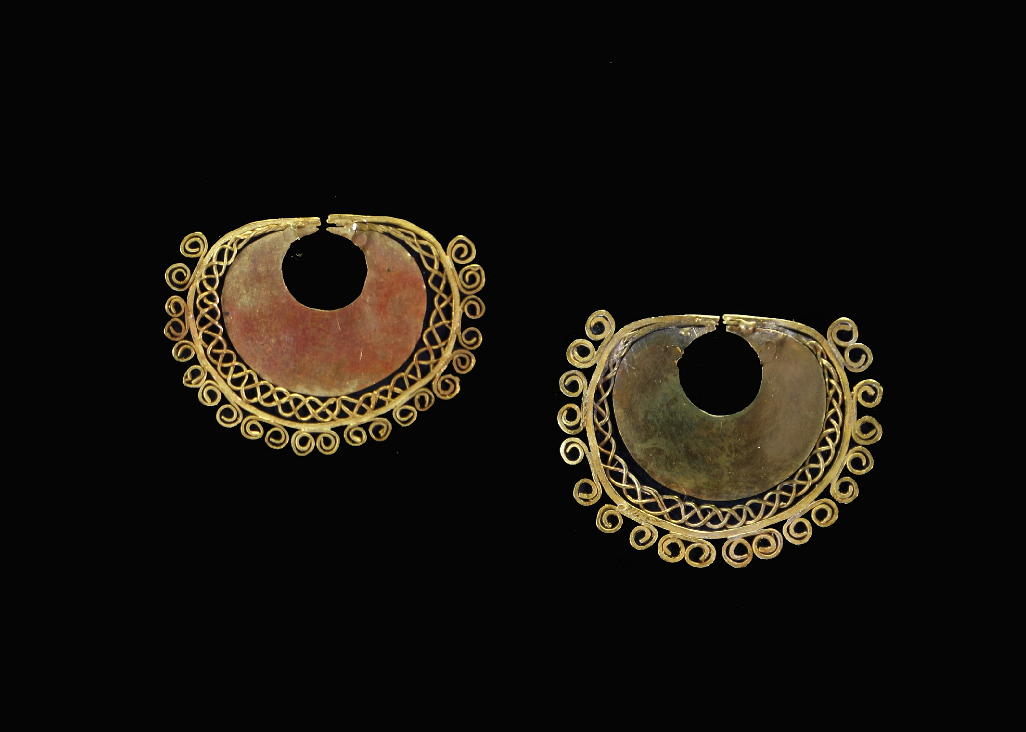 Peru, Early Nasca Gold Pair of Earrings with Filigree Decoration Metal